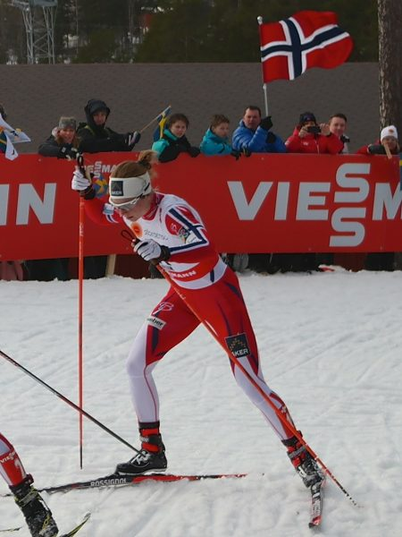 Kun Therese Johaug gikk raskere enn Astrid Uhrenholdt Jacobsen på 15 km med skibytte i Falun. Her har Astrid ryggen til Therese opp den beryktede mørdarbaken. (Foto: Frode Monsen / Sportsmanden.no)