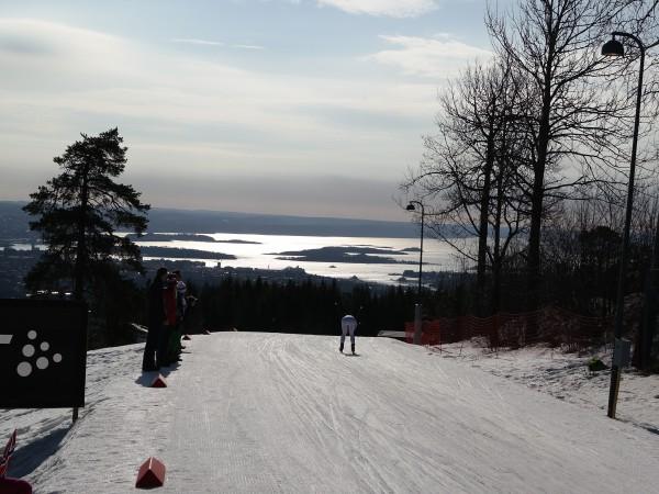 Men fortsatt så hun bare ryggen til Kalla. Og Oslofjorden langt der nede.