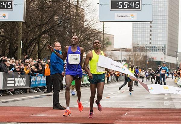 MÅLFOTO: Tett prestisjduell mellom Atiopia og Kenya i mennenes løp. (Foto: Arrangøren)
