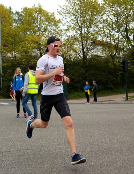SINGLESEIER: Stian Håkonsen løper alle etappene og vinner Holmenkollen Opp og ned single på 1.06.39. Foto: Sportsmanden / Frode Monsen