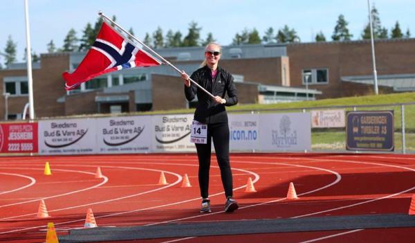 HVILKEN PERS: Kristine Hammerengen hadde visstnok aldri løpt lenger enn 10 km før hun startet på Jessheim 6-dagers! Og her passerer hun 300 km !
