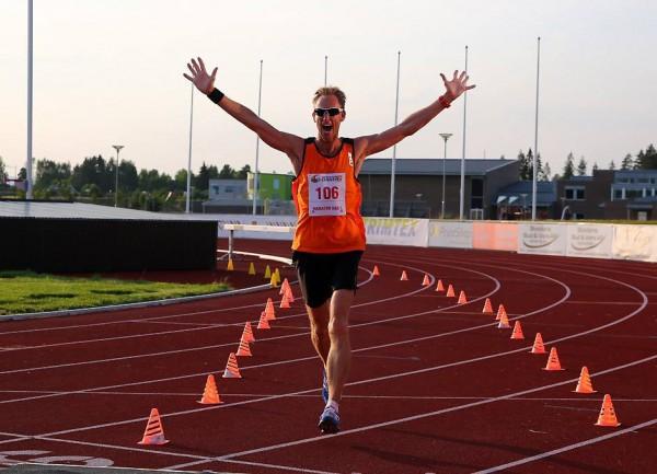 Sprudlende Runar Sannerud spurter over mål som vinner av det innlagte maratonløpet første dag, for øvrig foran den rutinerte maraton- og ultraløperen Gjermund Sørstad.