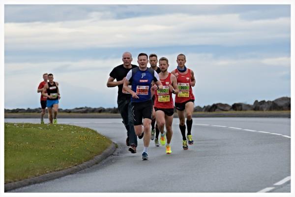 Ved passering ca. 7 km er det svært vakkert og fredfullt – den eneste lyden man hører er joggesko som klaprer mot hard asfalt. Jeg løper i en gruppe med blant annet de norske maratonløperne David Andre Aasen (902) og Frode Stenberg (903). De løper til slutt i mål på henholdsvis 2:48 og 2:53. Grattis karer!! (Foto: Brynjólfur Bragason).