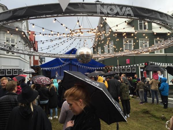 Reykjavik Marathon er alltid lagt til samme dagen som Menningarnóttin – eller Cultural Night som det også heter. Det er masse utekonserter i hele byen og det kryr av folk (opp mot 100 000 – i Reykjavik bor det til sammenligning ca. 120 000 fastboende totalt!). På bildet ser man en gigantisk lysekrone som har blitt hengt ned i et handlegaten fra en gigantisk kran!