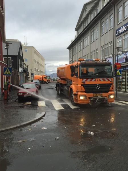"""Søndag morgen spyles gatene rene i rene renselsesprosessen. Reykjavik er rett og slett bragt ned i et slags kollektivt knestående! Huttetu – trening og freshness er definitvt heller """"the new black"""" som man sier! Amen!"""