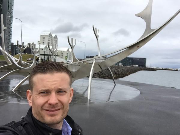 Skulpturen Sun Voyager ligger helt nede ved sjøen. Kunstverket er laget av Jon Gunnar Arnason og er en gigantisk drømmebåt i rustfritt stål som hyller solen. Skipet skal symbolisere lys og håp – akkurat hva mannen på bildet kan behøve før Lidingöloppet utenfor Stockholm om 5 uker! I bakgrunnen til høyre skimter man forøvrig Reykjavik's stolthet og kjente landemerke, det majestetiske konserthuset Harpa.