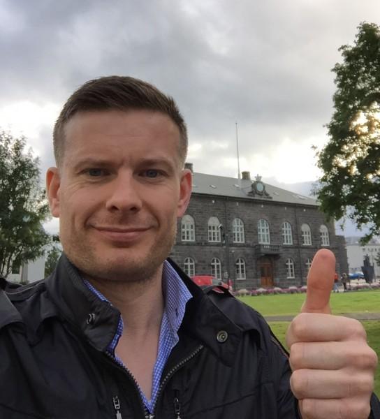 """Man havner fort i """"selfie-fella"""" når man reiser solo! Fredagen går med til mye tusling rundt i den intime bykjernen. Her foran Alþingi - verdens eldste eksisterende parlament stiftet tilbake allerede i år 930!"""