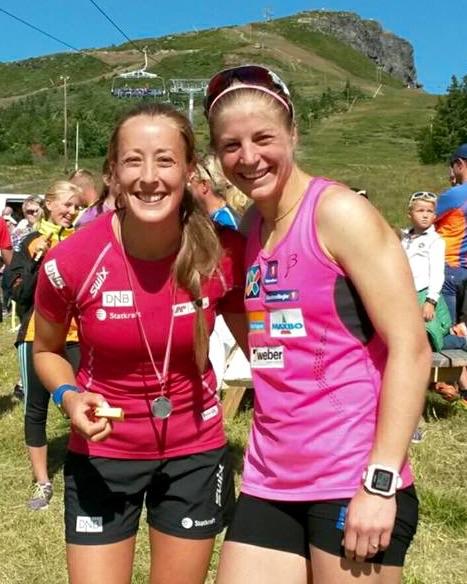 To sprudlende og blide vinteridrettsutøvere etter dobbeltseier på sommerføre; Fanny Horn Birkeland og Astrid Uhrenholdt Jacobsen. FOTO: Frode Monsen / Sportsmanden