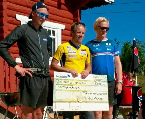 Pallen for tidenes første Skeikampen Rundt: Vinner Lars Sandstad Skjeset (49.04) fra Frol IL flankeres av Sjur Slettom fra Lom IL (53.10) og Ole-Jacob Følling, Nordic Ski Team (54.07). FOTO: Frode Monsen / Sportsmanden
