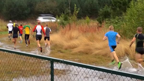 PLASK: Det var temmelig vått under gårsdagens løp fra Jessheim. Foto: Arnstein Andreassen