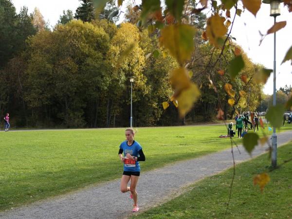 Heidi Pharo på vei mot mål til løyperekord i flotte høstlige omgivelser på Haraløkka.