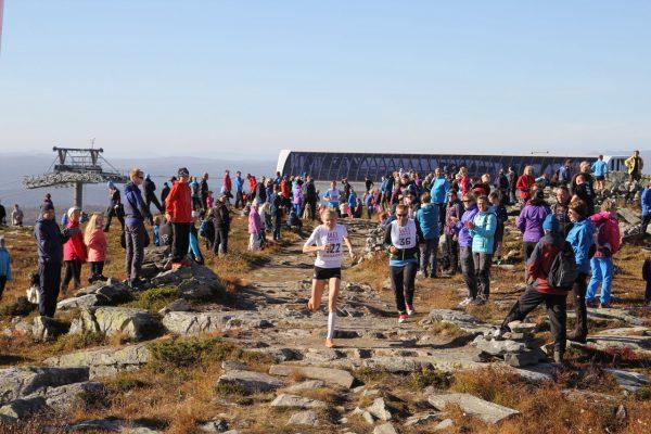 Anne Nevin stormer mot mål på det lille platået på toppen, til 2.plass. Foto: Skeikampen Resort / Stig Are Øvreberg