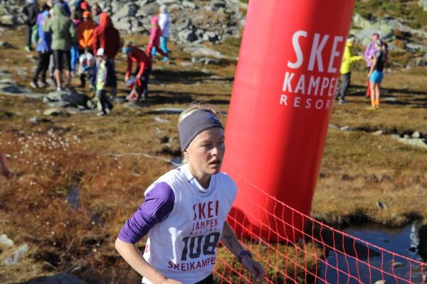 Tone Eriksen løper i mål til 25.plass totalt på 22.05, men det holder til 2.plass i klasse 30-39 år, kun slått av Kristin Størmer Steira! Foto: Skeikampen Resort / Stig Are Øvreberg