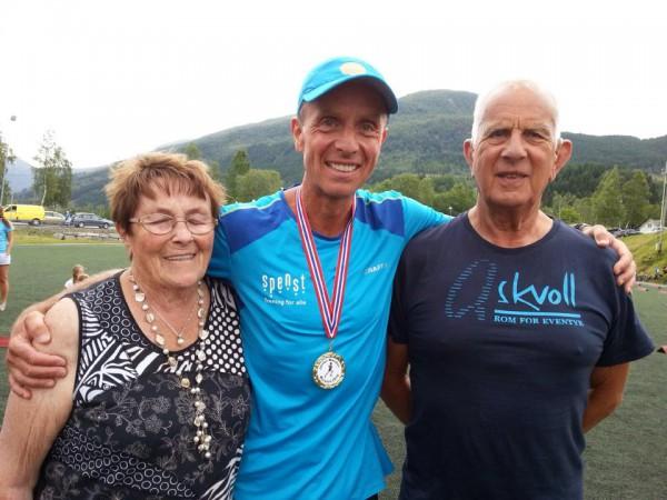 Terje Lyngstad sammen med stolte foreldre etter sin første totalseier, attpåtil som den førstre jølstring som vant Jølster Maraton. Foto: Privat