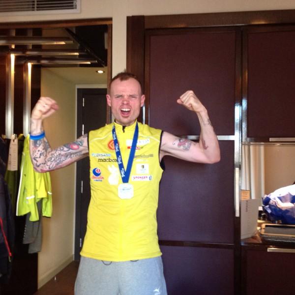 Bjørn Tore jubler etter pers og under 2.40 i Barcelona Marathon. (Foto: Privat)