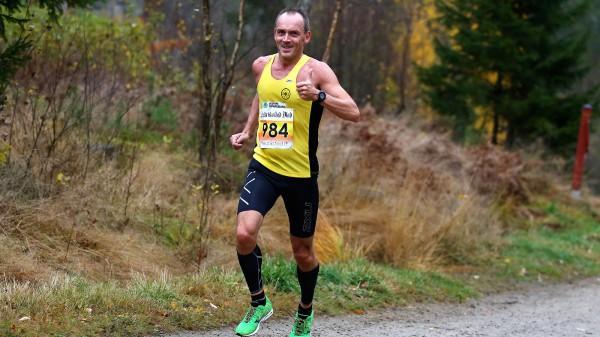 GLIMT I ØYET: Maratoneksperten fra langhus, Vidar Nilsen, her i Frerikstad maraton i høst. (Foto: Bjørn Hytjanstorp)