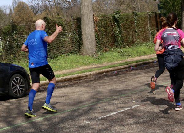 Terje fra Northern Runners får også litt motivasjonspåfyll ved 35 km. Foto: Eirin Bugge.