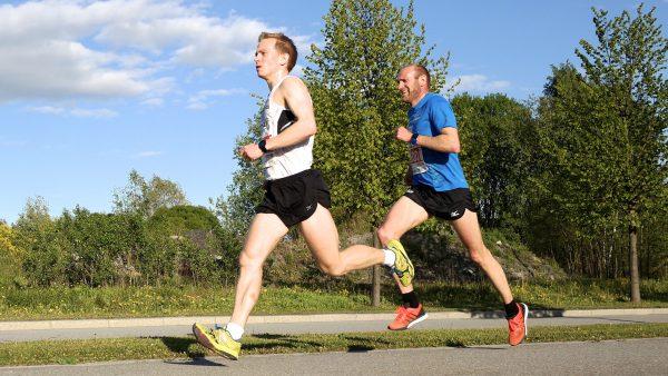 Odd-Bjørn Hjelmeset fikk kastet seg foran Øyvind Heiberg Sundby, som leder her, i fjorårets 10km i Fornebuløpet. (Foto: Frode Monsen)