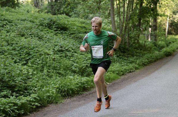ALLER RASKEST: Ståle Fenstad i grønne omgivelser og i grønn Rustad-trøye fosser mot mål til sin første seier i Follotrimmen. Foto: Trond T. Hansen / Sportsmanden
