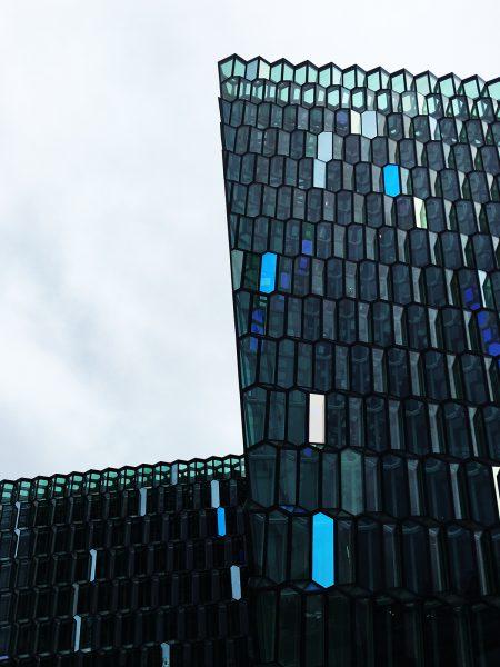 Fantastisk bikube-aktig glasskledning på islands opera- og konserthus – Harpa.