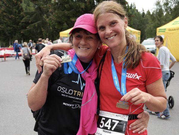 Venninnene Marianne Sirnes Engen og Hanne Wibe er godt fornøyde med dagen.