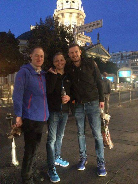 På kvelden er det tid for obligatorisk carbo-loading på en italiensk restaurant i Mitte. Globetrotter og entusiastisk lagdistanseløper Ingulf Nordahl (helt til venstre) er også med på moroa!