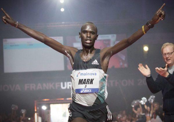 """AND THE WINNER IS.... Mark Korir var aller rasket i Frankfurt og vant på 2.06.48. Weldu Negash Gebretsadik ble beste norske løper på en sterk 7.plass på 2.12.20 etter å ha passert halvmaraton på 1.03.01!! Den femdobbelte vinneren av Birkebeinerløpet """"fikk det"""" imidlertid skikkelig på den siste milen. (Foto: Arrangøren)"""