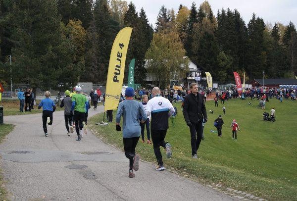 Etter 9,63 km kan man spurte i mål på flatene ved flotte Haraløkka Idrettsplass, som for øvrig har fått nye kunstgressbaner og lekeområder. Et eldorado for aktivitet av ymse slag. Klubbhuset til Bøler sees i bakgrunnen.