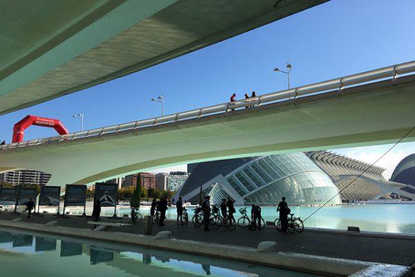 Sykkelsightseeing dagen før løpet. Startene for henholdsvis 10 km og maraton går på hver sin bro over kunst- og forskings-området som blant annet omfatter teknisk museum, IMAX-kino, dinosaur-museum, planetarium, akvarium, operahus og park.
