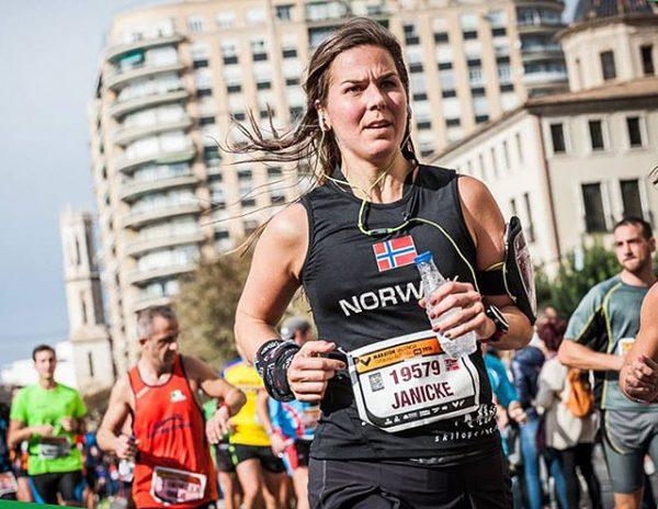 Janicke Bråthe ser konsentrert ut i Valencia Marathon. Nå vil hun igjen konsentrere seg om Lettbent-bloggen sin også. (Foto: Arrangøren)