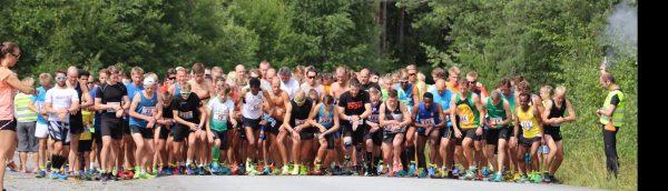 Startskuddet smeller for 204 løpere på Eggemoen; 142 menn og 62 kvinner setter av gårde. (Foto: Hans Edgard Rakeie)