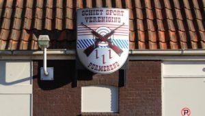 Clubgebouw met groot logo