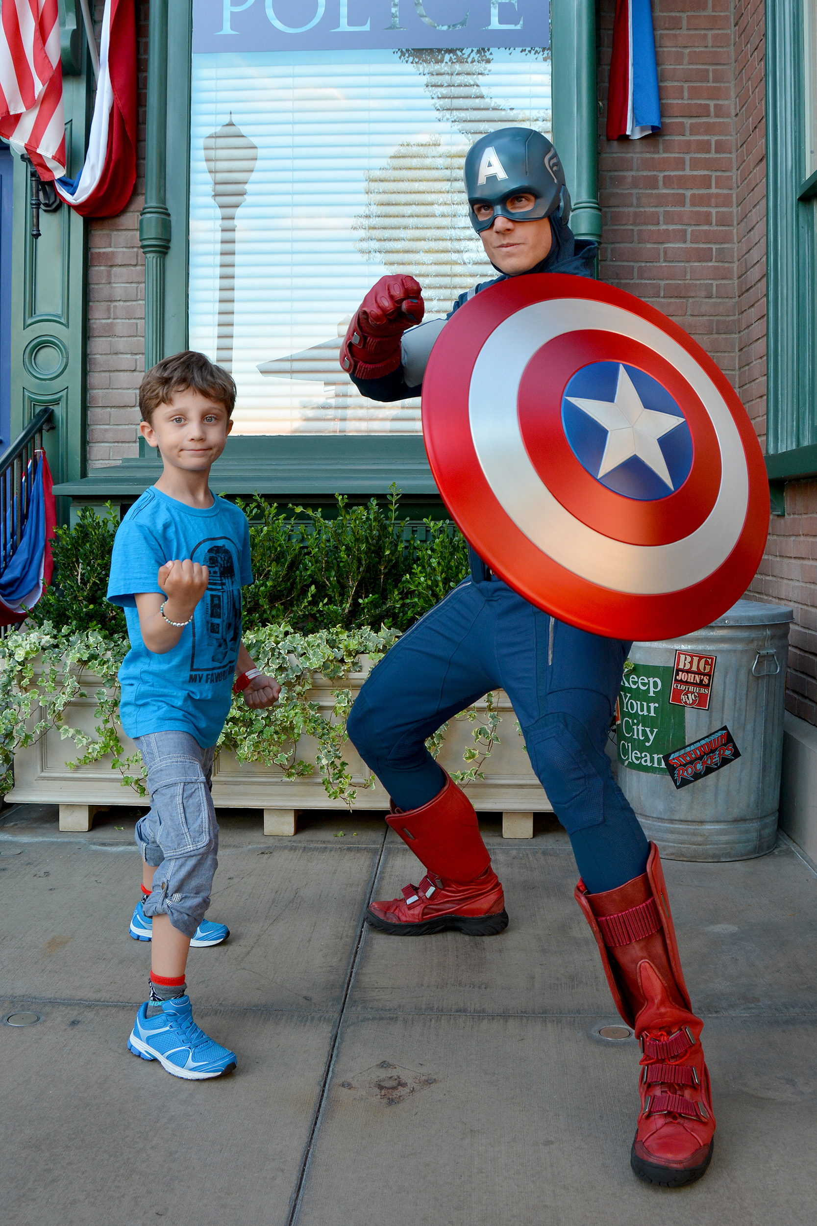 William och Captain America på Disneyland.