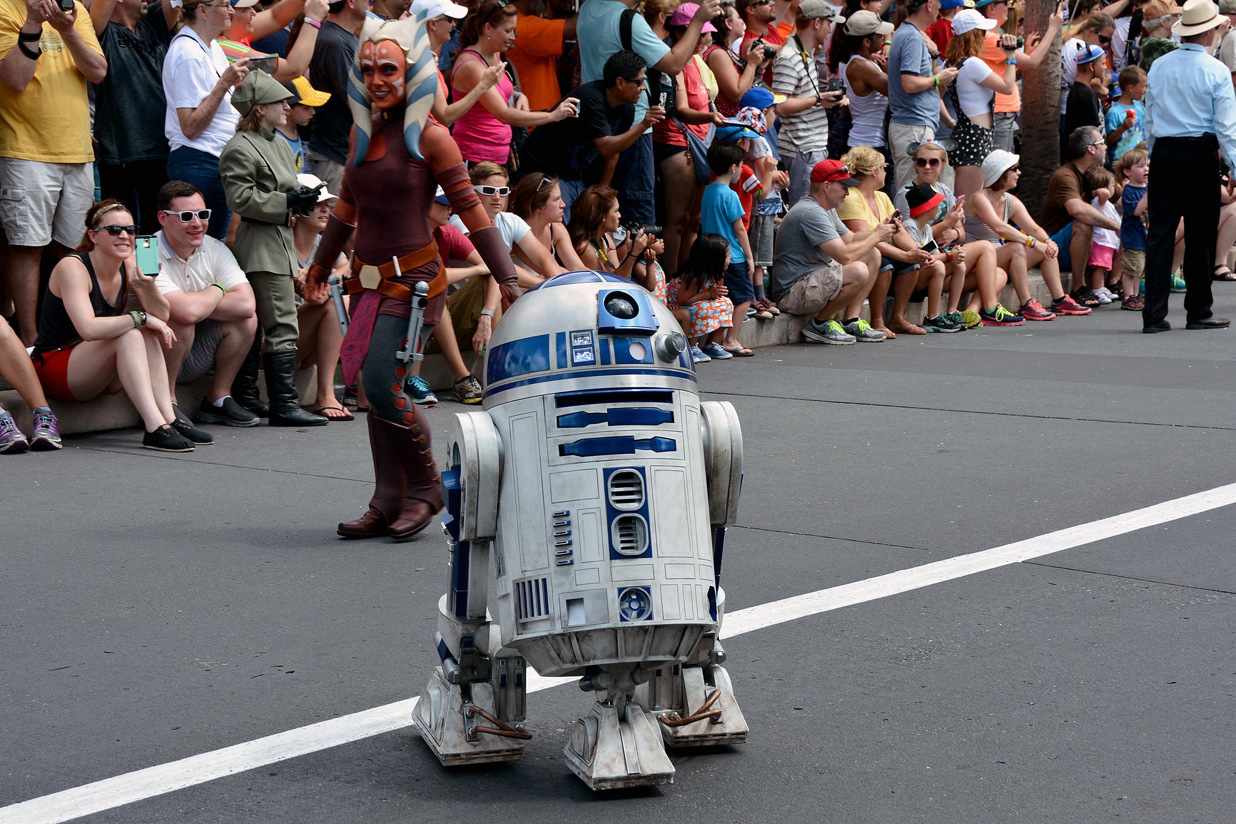 R2-D2 med Ahsoka Tano i bakgrunden.