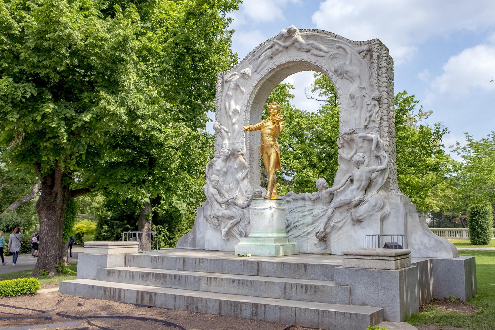 Johann Strauss, en av de mest fotograferade statyerna i Wien.
