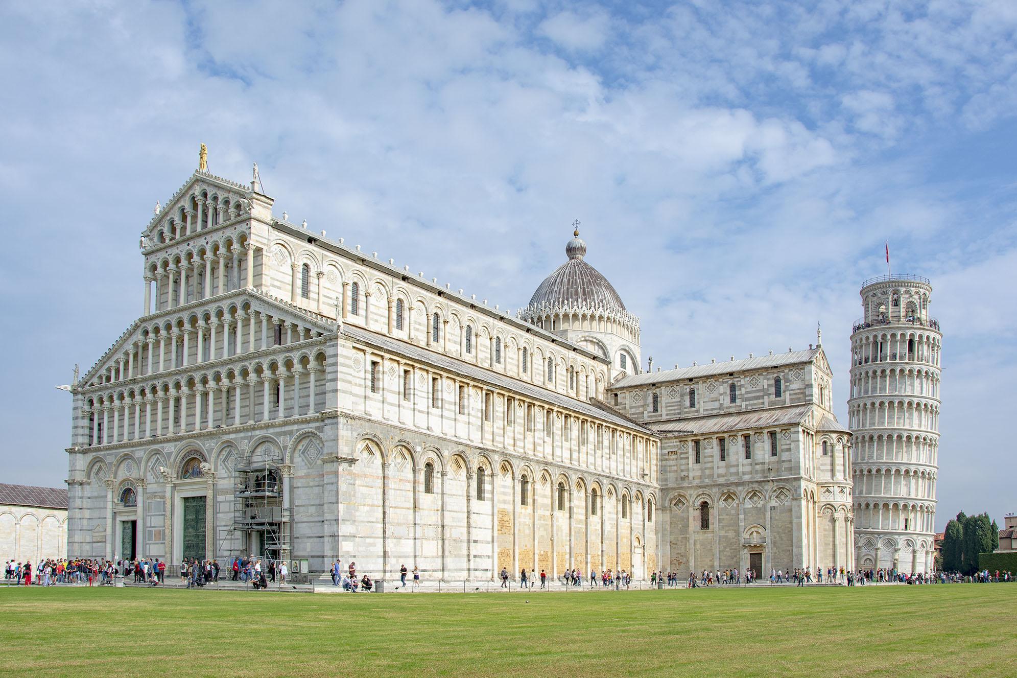 Duomo di Pisa med lutande tornet i bakgrunden.