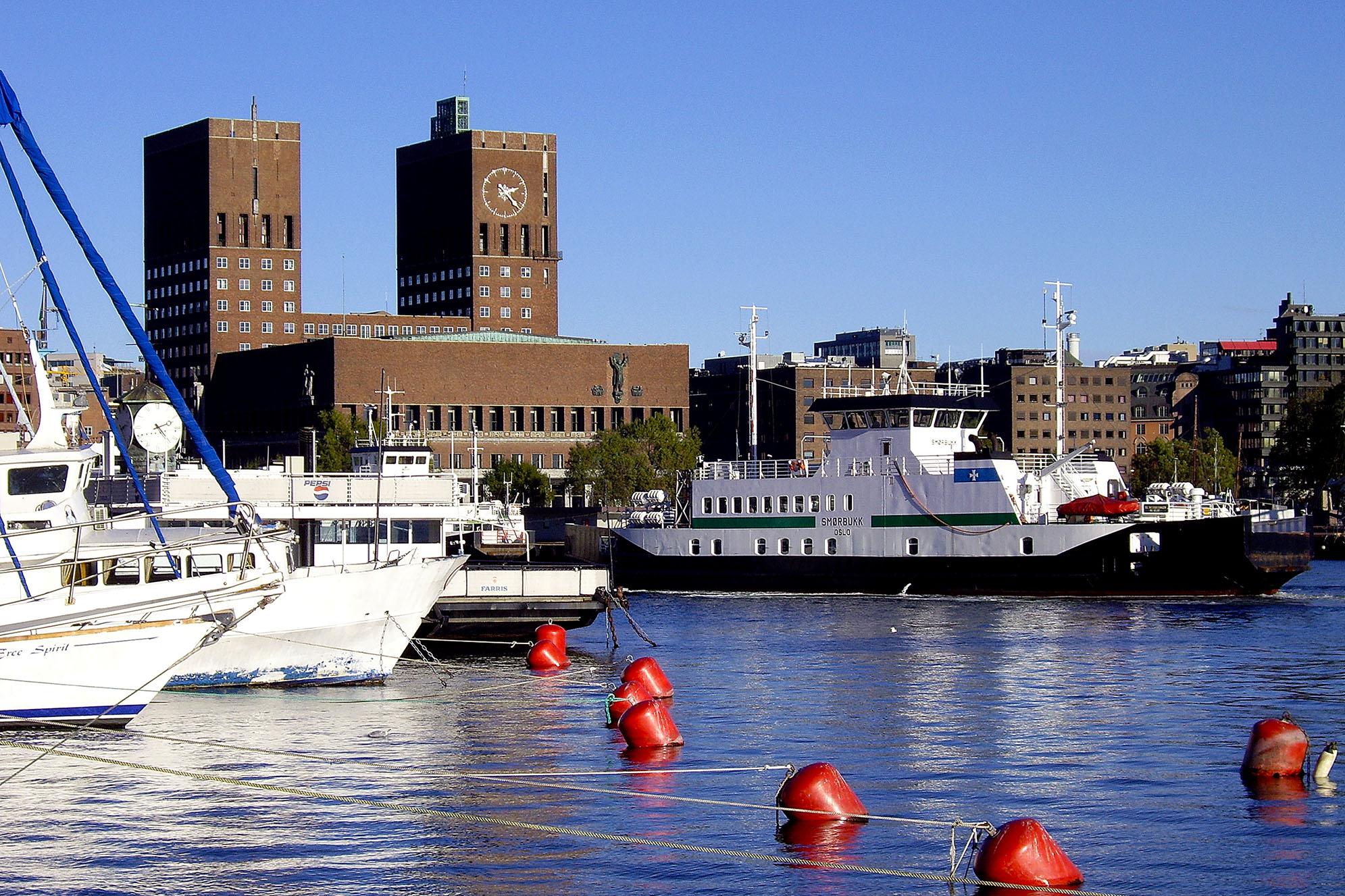 Oslo rådhus från Aker Brygge. Huvudstäder.