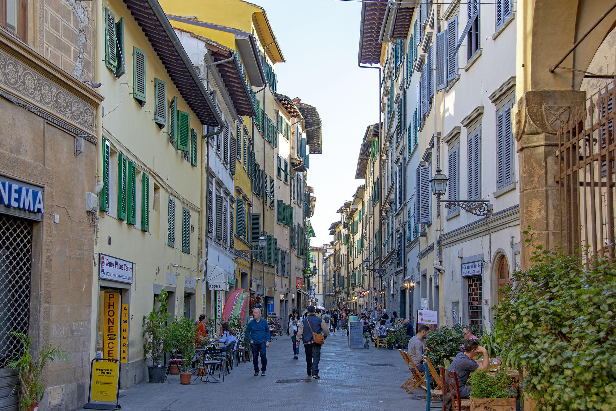 Via Faenza mitt emot The Market Urban Hotel.