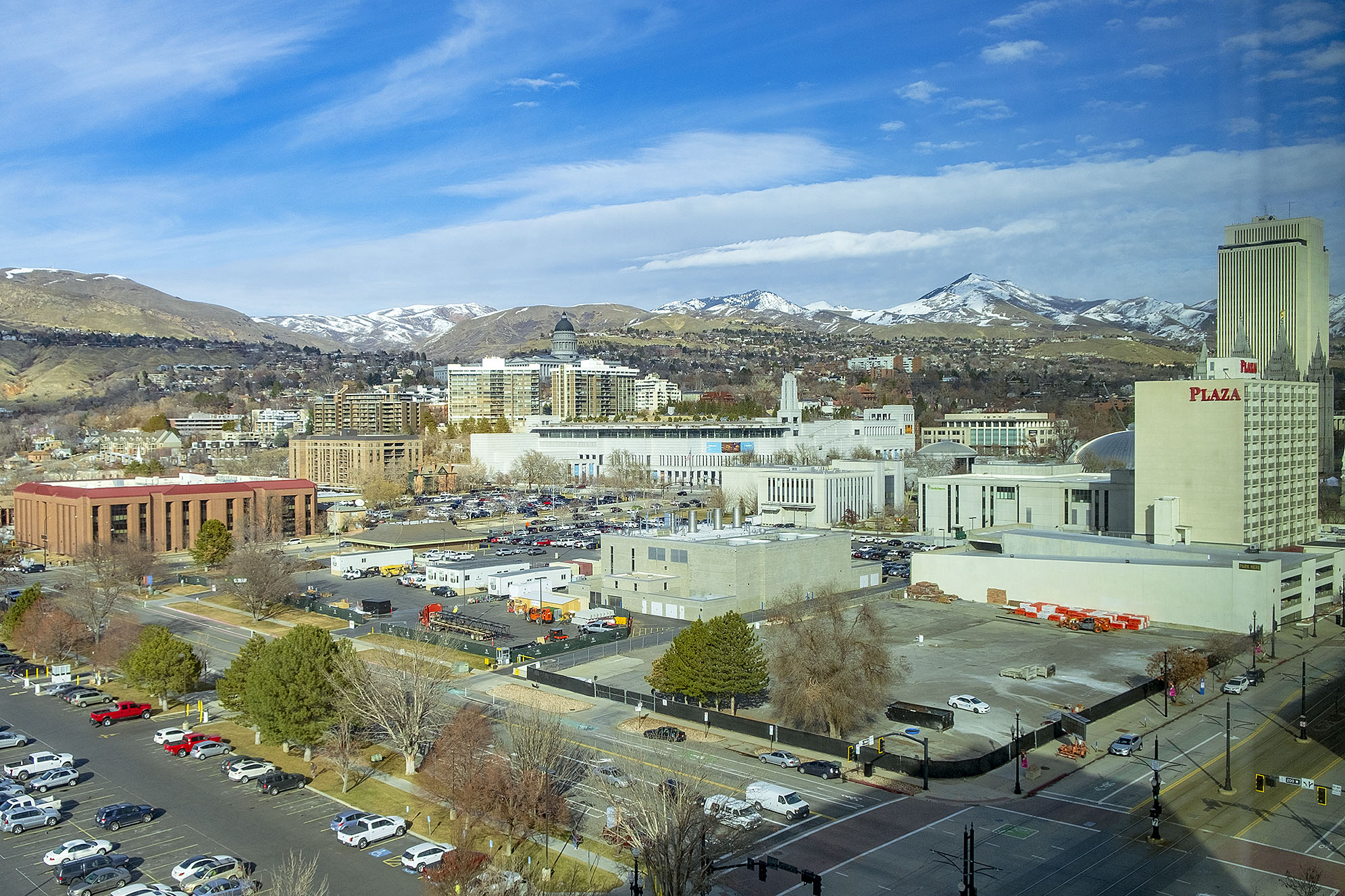 Utsikt från mitt hotellrum över Salt Lake City. Utah State Capitol Building, Family HIstory Library och Temple Square.