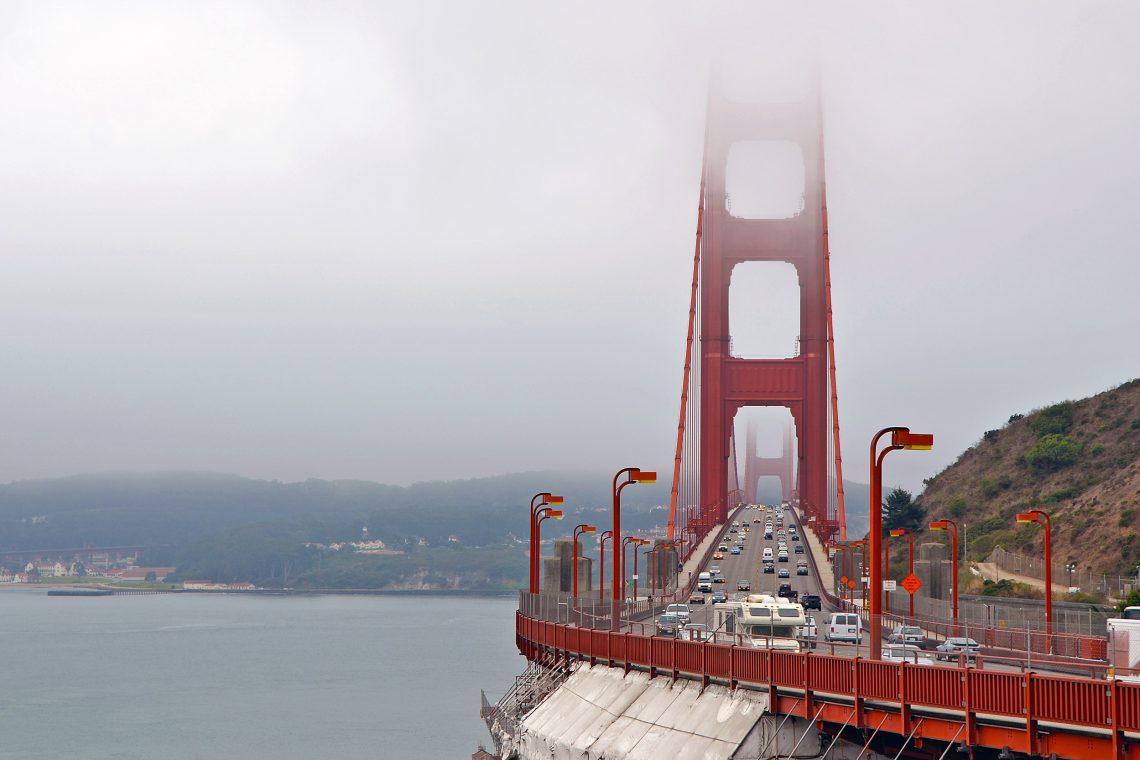 Golden Gate Bridge i dimma San Francisco