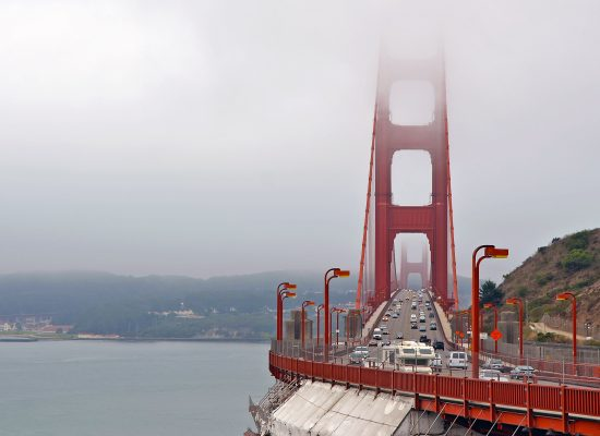 Golden Gate Bridge i dimma San Francisco