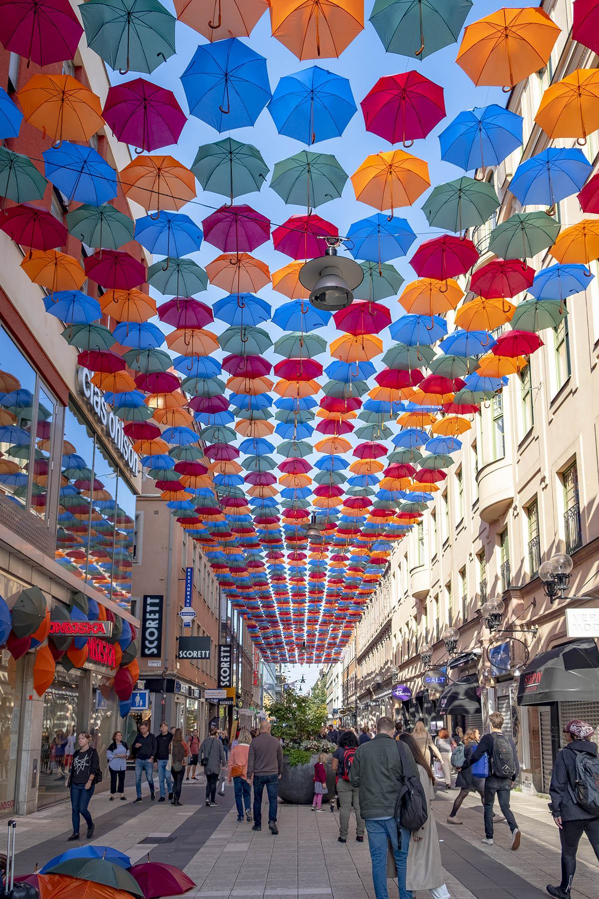 Paraplyer på Drottninggatan i Stockholm