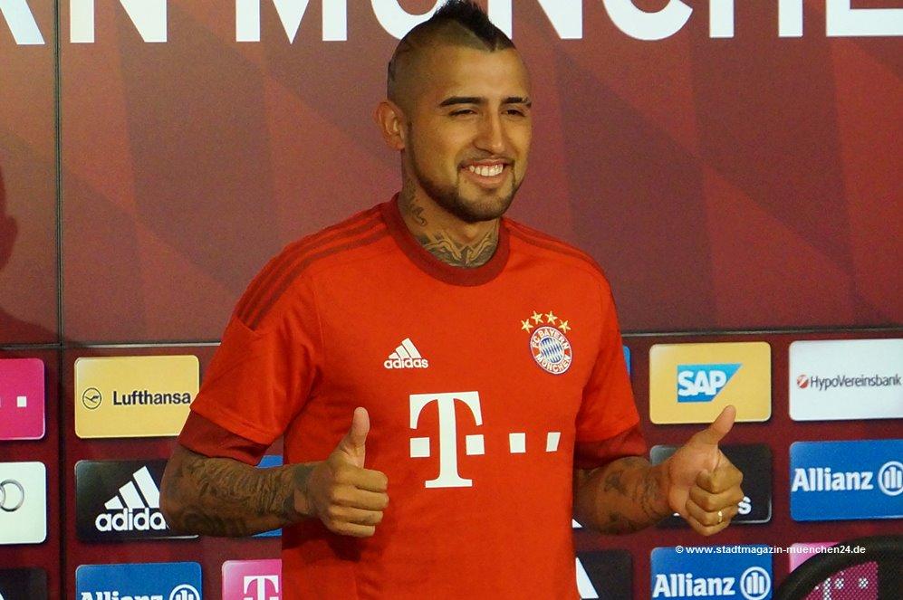 Arturo Vidal im neuen FC Bayern Trikot