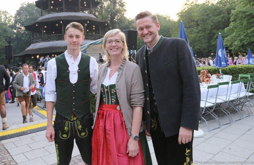 Antje Schneider (Mitte), Wolfgang Stefinger (re.), Kocherlball am Chinesischen Turm im Englischen Garten in München 2018