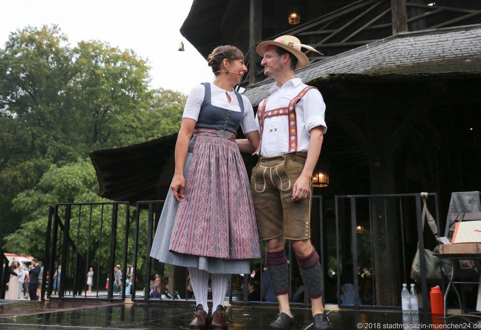 Katharina Mayer und Magnus Kaindl, Kocherlball am Chinesischen Turm im Englischen Garten in München 2018