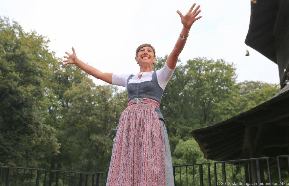 Katharina Mayer, Kocherlball am Chinesischen Turm im Englischen Garten in München 2018