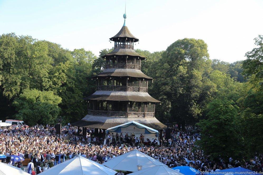 Kocherlball am Chinesischen Turm im Englischen Garten in München 2018