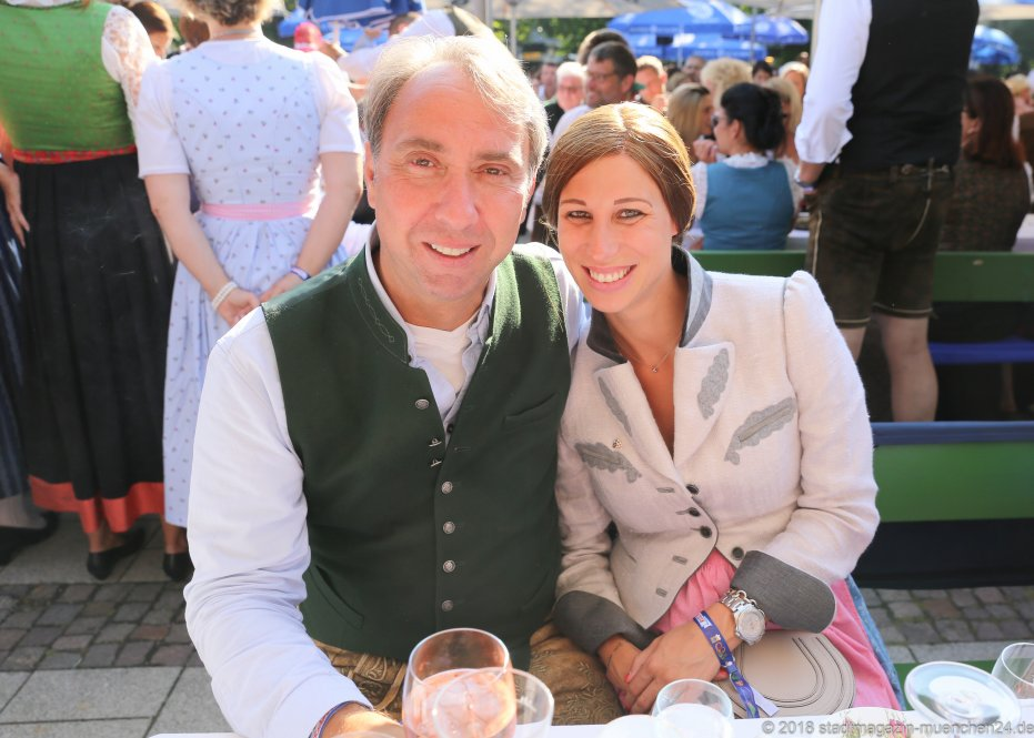 Werner und Eva Hochreiter, Kocherlball am Chinesischen Turm im Englischen Garten in München 2018