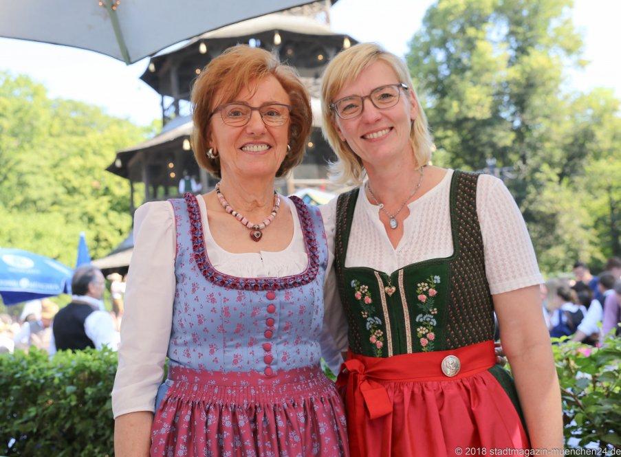 Anneliese Haberl und Antje Schneider (re.), Kocherlball am Chinesischen Turm im Englischen Garten in München 2018