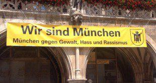Plakat gegen Rassismus am Rathaus München